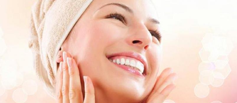 Além do protetor solar,  beber pelo menos dois litros de água para ter uma pele impecável no inverno